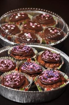 Kannelliset piirakkavuoat olivat loistolöytö myyjäisiin meneviä muffineita varten. Leivonnaiset kulkivat kätevästi tarhaan ja tuotteen herkullisuus näkyi kannen läpi.