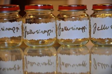 Tänä jouluna sinappipurkit olivat vielä oman piltin tyhjentämiä purkkeja, mutta ensi vuonna joutuu varmaan taas pyytelemään vauvaperheiltä jeesiä.